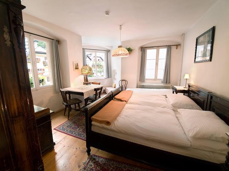 Hotelzimmer mit Doppelbett und Fenster